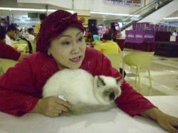 Ibu ratna &  Kucing keturunan endut